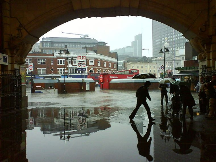 800px-London_Victoria_Station_flooded